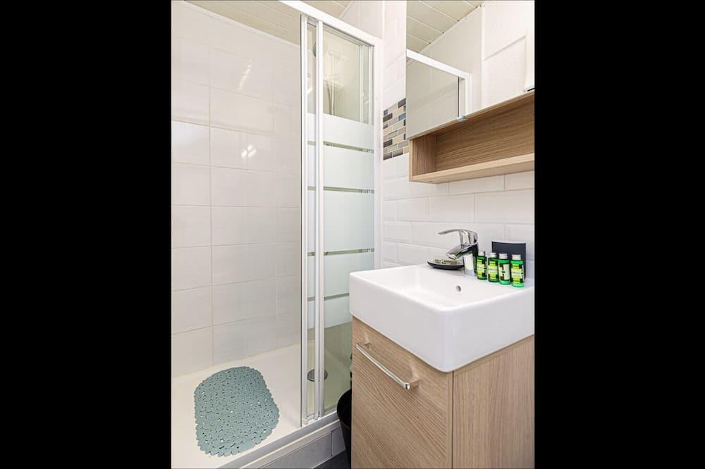 شقة في المدينة - بحمام داخل الغرفة - منظر للفناء - حمّام