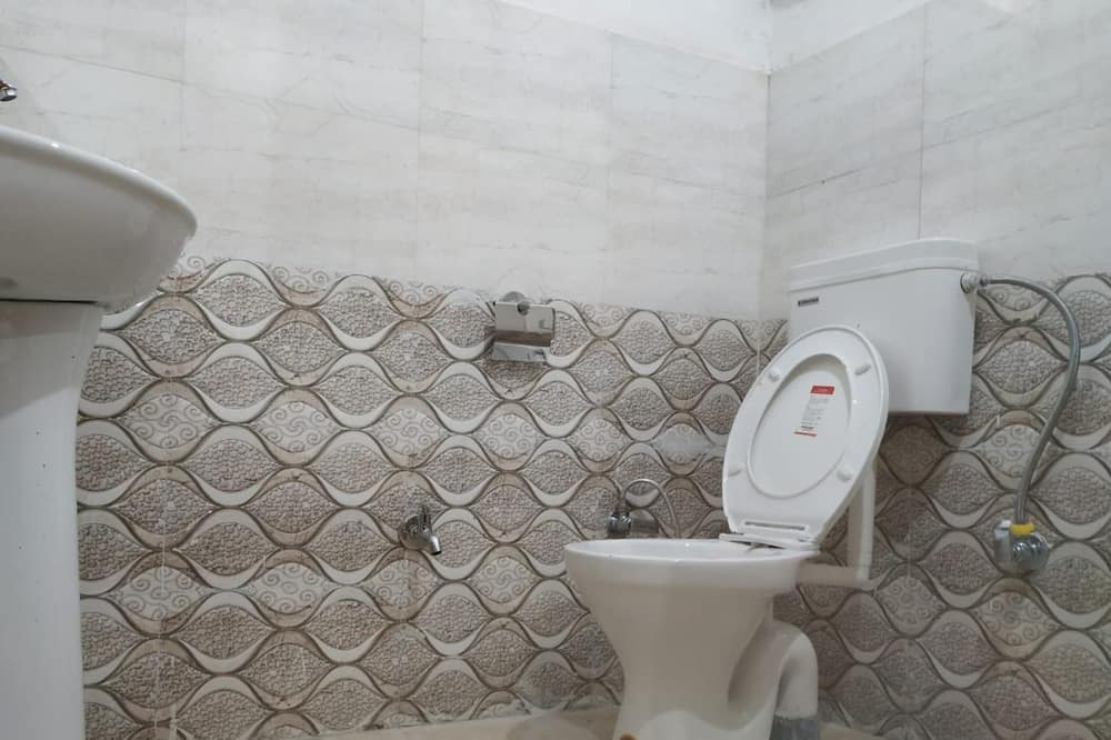 8 Bed Shared Dormitory - Bathroom