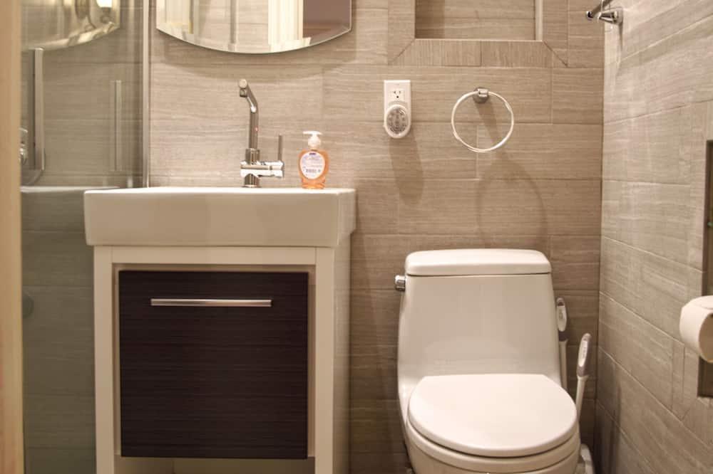 Standard Studio, 2 Queen Beds, Kitchenette, Ground Floor - Bathroom