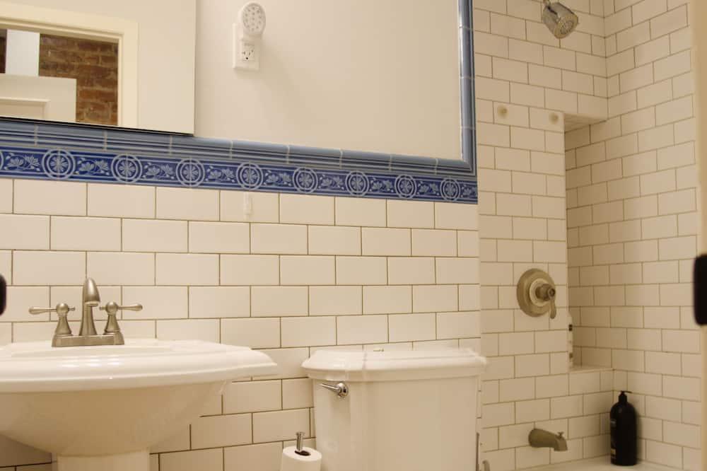 Standard Studio, 2 Queen Beds, Kitchen, Ground Floor - Bathroom