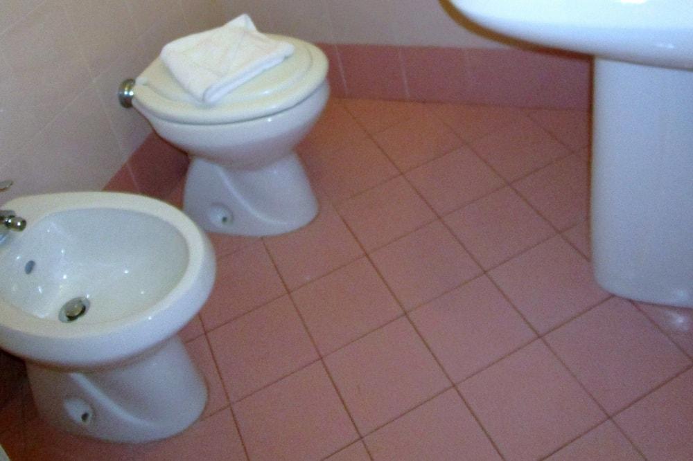 トリプルルーム (Basement Room) - バスルーム
