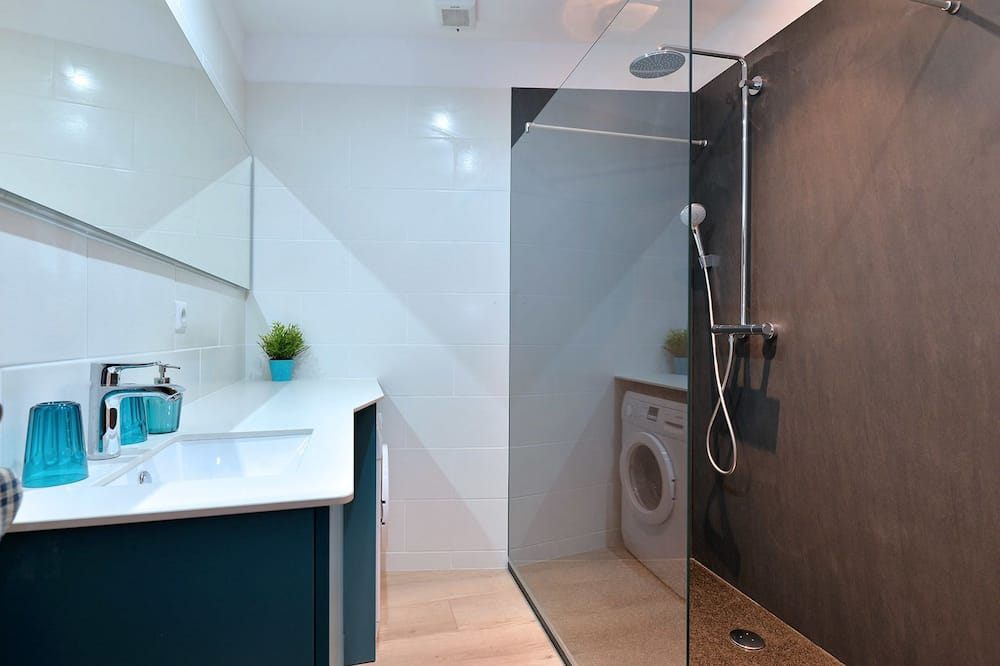 Ferienhaus, Blick auf den Innenhof (S'Harzala Bleu) - Badezimmer