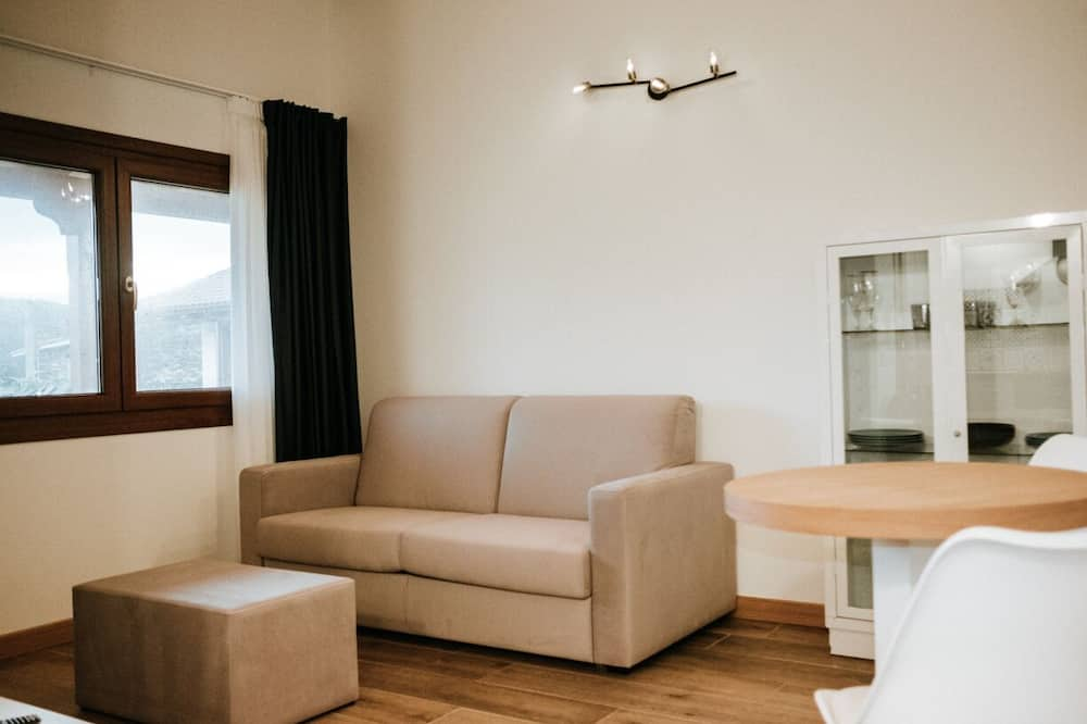 Deluxe Apartment, Jetted Tub - Living Area