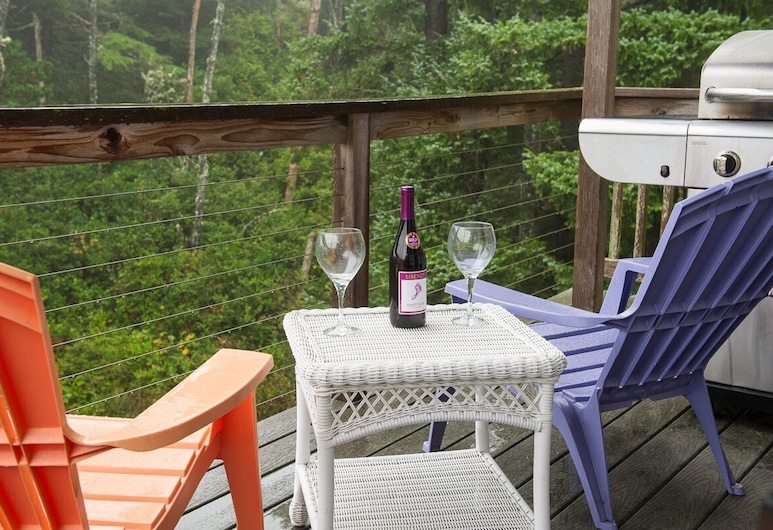 Secluded Home in Oceanside With Beautiful Interiors 5 Blocks From the Beach!, Tillamook, Terasa