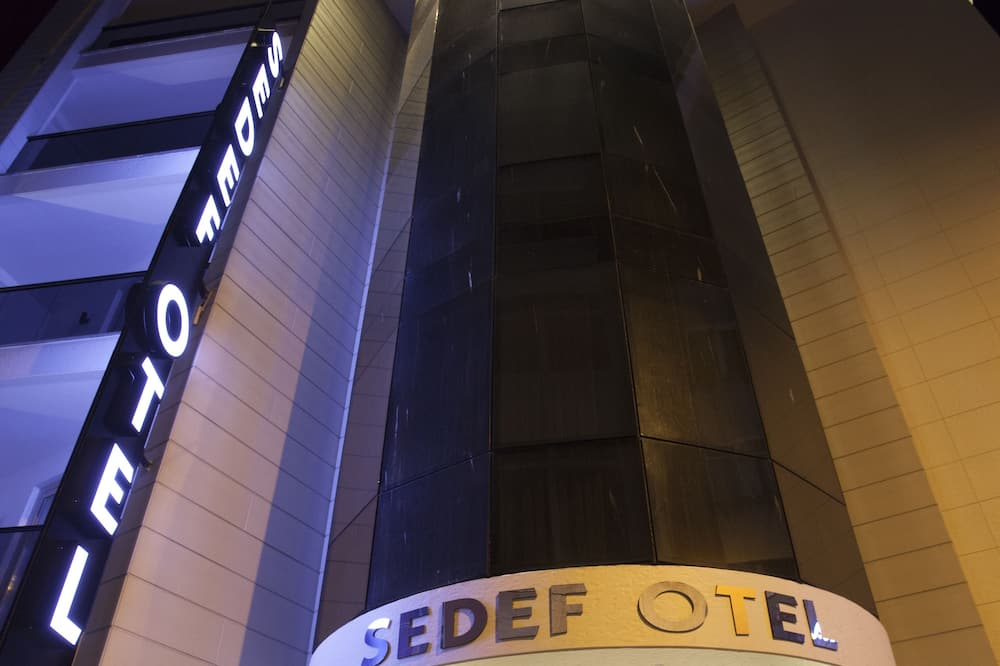 חזית המלון - ערב/לילה