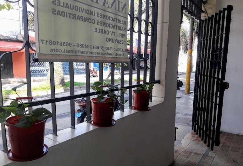 Nina House, Ikitosas, Įėjimas į viešbutį