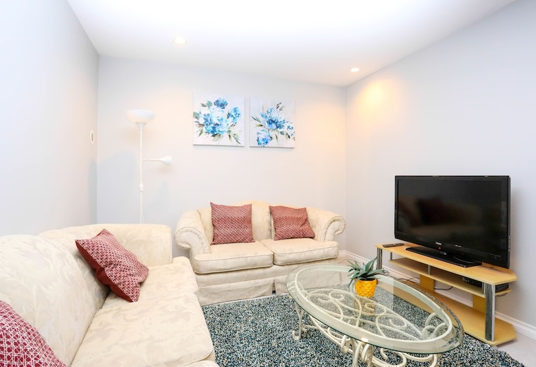 Family Home-Metrotown by Elevate Rooms, Burnaby, House, 3 Bedrooms, Kitchenette, Living Area