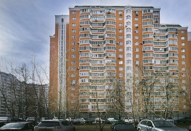 Apartment on Rimskaya, Moskwa, Front obiektu – wieczór