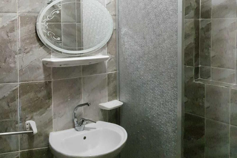 Deluxe Studio Suite, Private Bathroom - Bathroom
