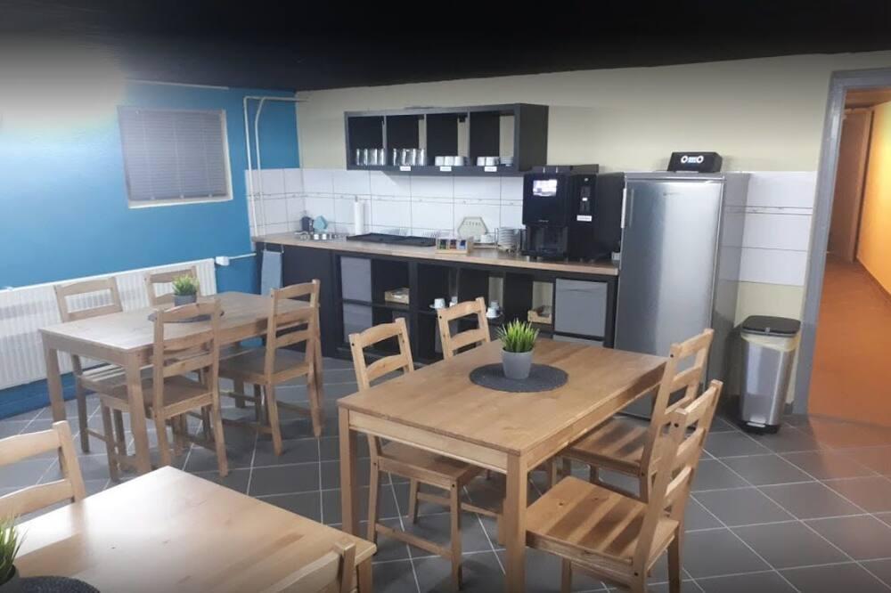 غرفة فردية - بحمام مشترك - مطبخ مشترك