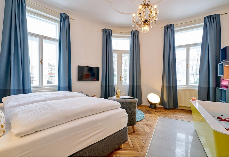"""Leuhusen Collection Apartments Vienna, Vienna, Double Room with bathtub, shared toilet """"Submarine"""", Guest Room"""