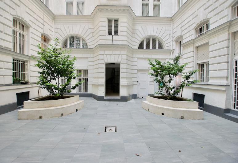 Luxury Apartment by Hi5 - Kálmán Imre Suite, Budapest, Gårdsplass