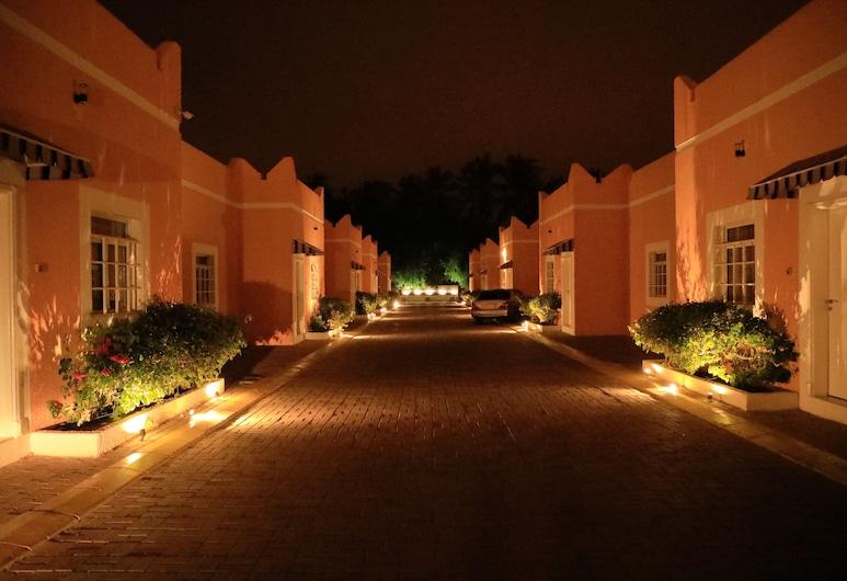 Star Emirates Garden Villas, Salalah, Vista frontal de la propiedad por la noche