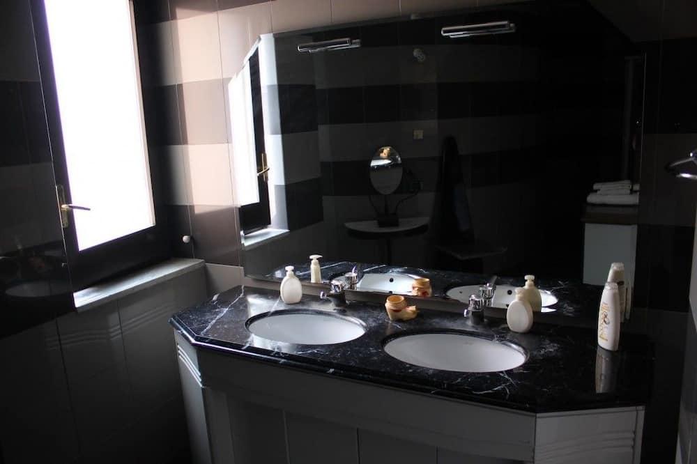 Habitación Confort doble - Lavamanos en el baño