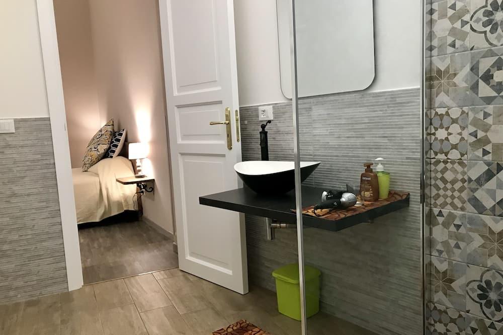 Habitación doble Confort, 1 cama Queen size con sofá cama, cocina básica (2 Adults + 1 Child) - Baño