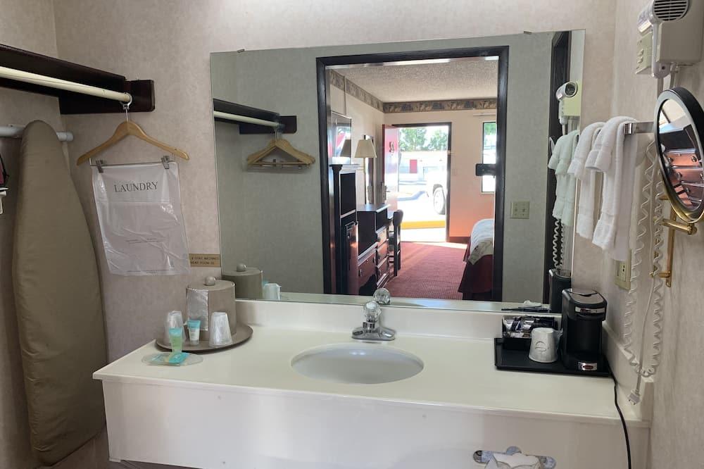 Deluxe Single Room, 1 King Bed, Non Smoking, Private Bathroom - Bathroom