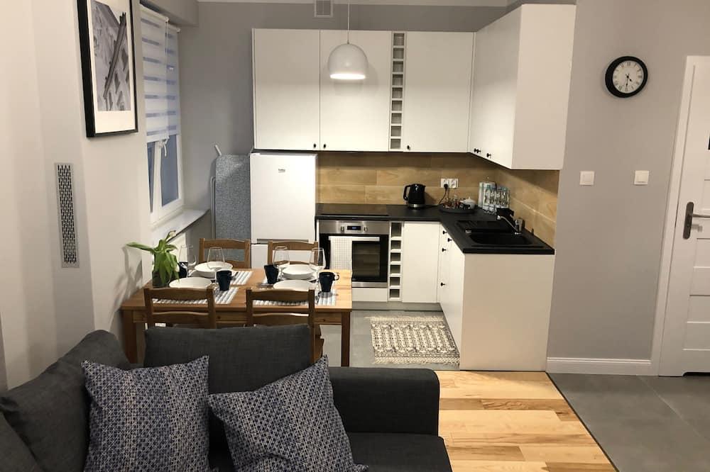 Komforta dzīvokļnumurs, 1 divguļamā karalienes gulta un dīvāngulta, virtuve, skats uz pagalmu - Dzīvojamā zona