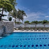 Condo (Magnificent and Spacious Poolside 3BR) - Pool