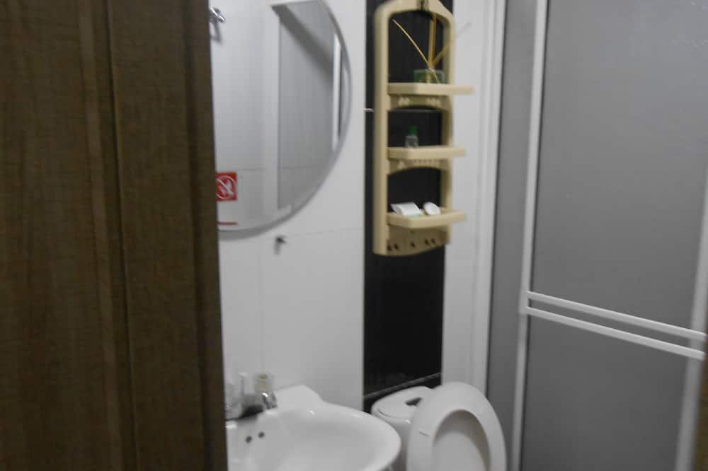 Triple Room With AC - Badeværelse
