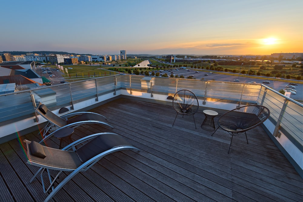 V12 Mercedes Suite - Balcony View