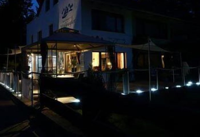 Hotel Waldsegler Garni, Bad Sachsa, Fachada del hotel de noche