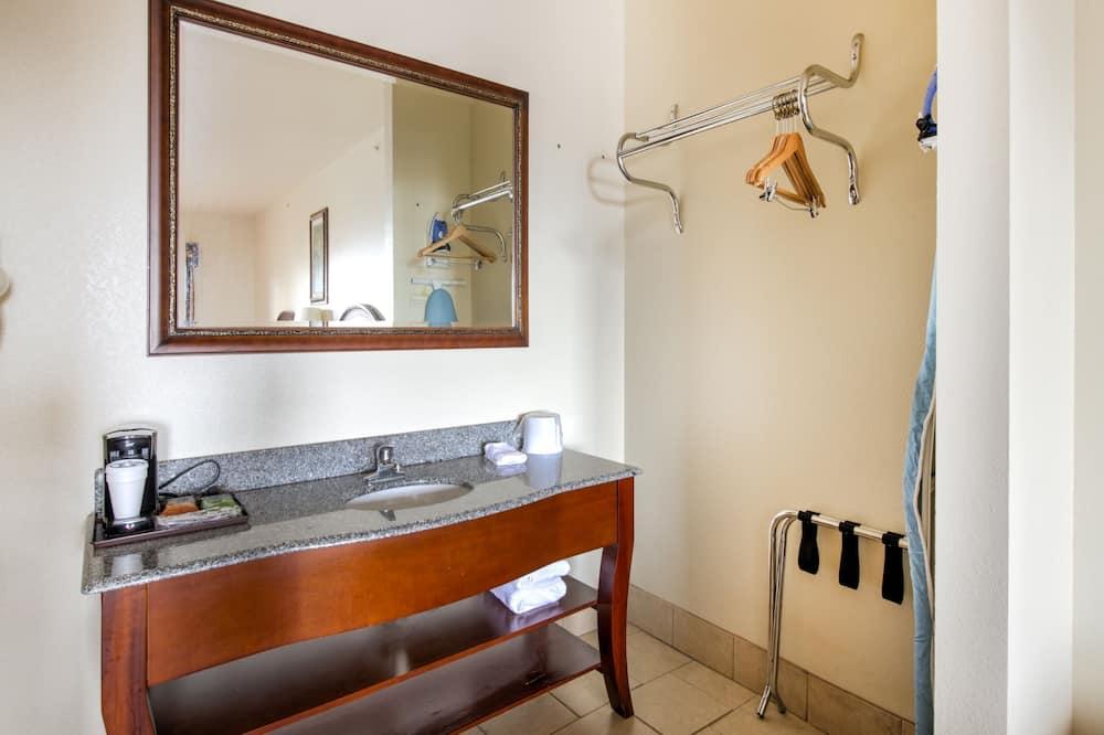 Habitación, 2 camas Queen size, con acceso para silla de ruedas - Lavabo en el baño