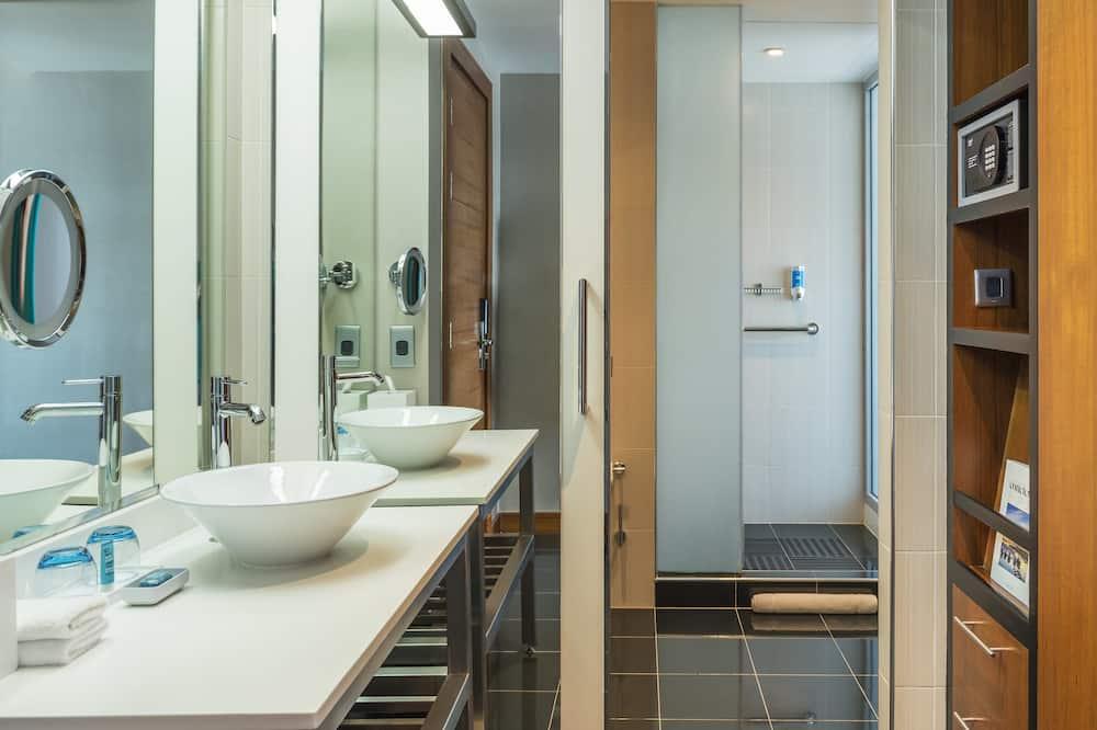 Номер, 1 двуспальная кровать «Кинг-сайз», для некурящих, вид на бассейн - Ванная комната
