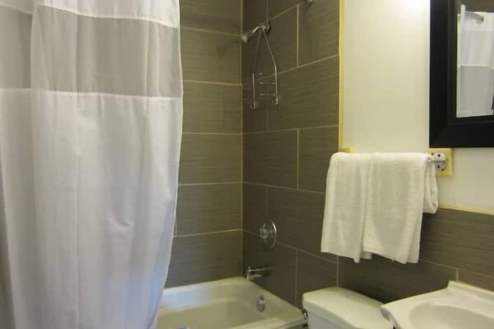 Standardværelse - 2 queensize-senge - Badeværelse