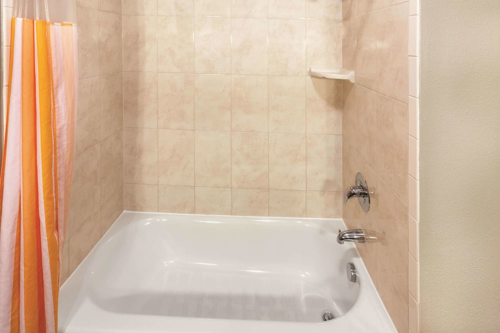 Deluxe Suite, 1 King Bed, Non Smoking (Deluxe Family Suite) - Bathroom