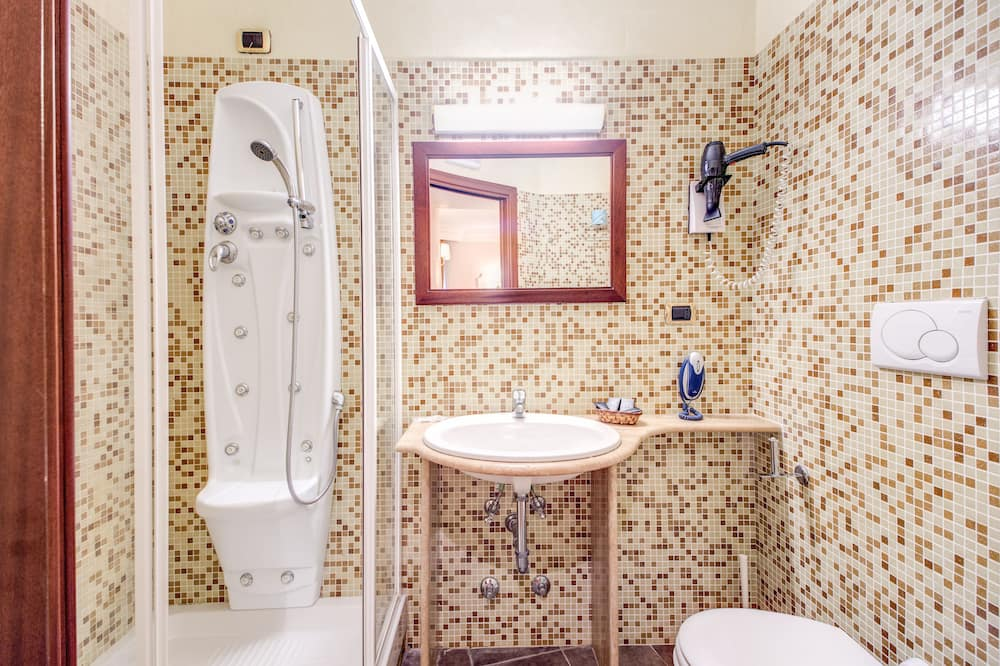Standard Triple Room, 1 Bedroom, Private Bathroom, City View - Bathroom
