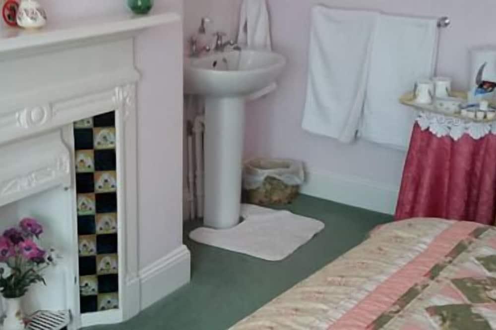 Double Room with Shared Bathroom - Bathroom Sink