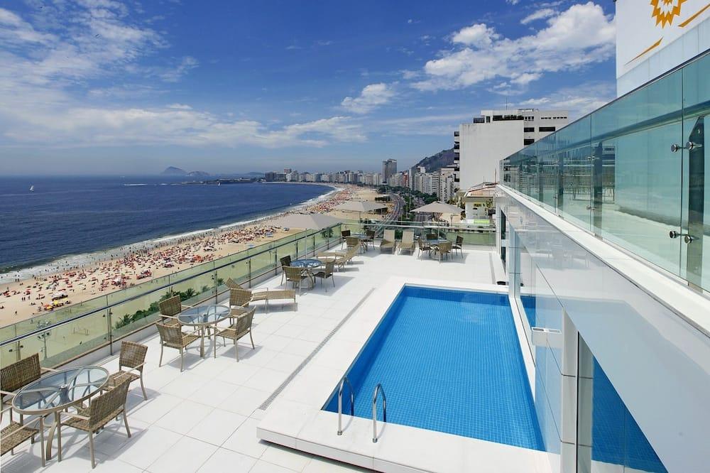 حمام سباحة على السطح