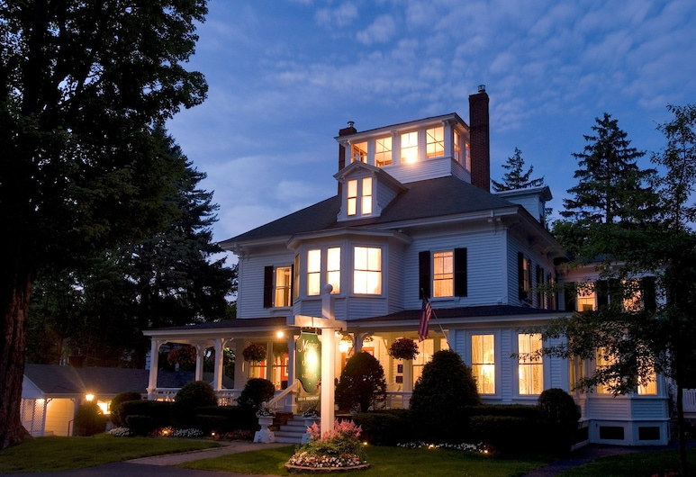 Maine Stay Inn & Cottages, Kennebunkport, Hotel Front – Evening/Night