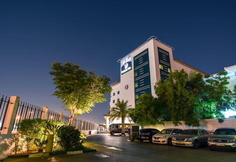 Premier Inn Dubai International Airport, Dubajus, Viešbučio fasadas vakare / naktį