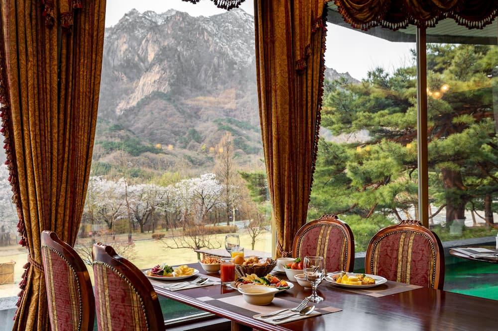 Phòng 2 giường đơn Deluxe, Quang cảnh núi (Breakfast&Drink for 2 PKG) - Ăn uống tại phòng