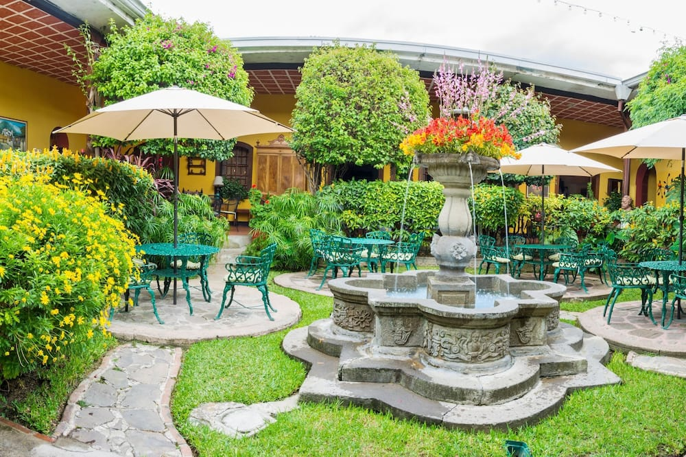 Comfort-Dreibettzimmer, eigenes Bad, zum Innenhof hin - Blick auf den Garten