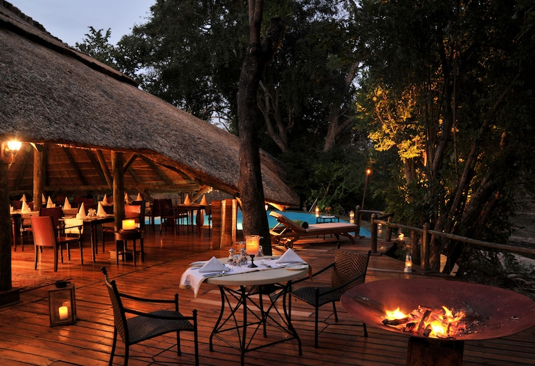 Selous Serena 营地, 塞鲁斯禁猎区, 酒店正门 - 夜景