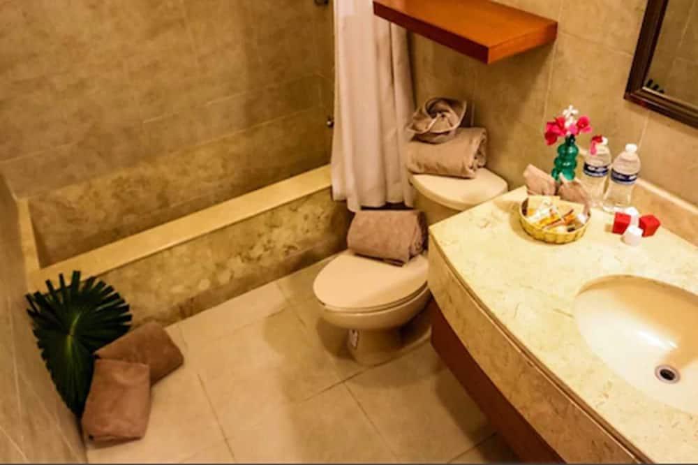 Executive Room, 2 Double Beds - Bathroom