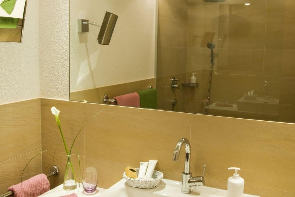 Двухместный номер с 1 двуспальной кроватью, балкон - Раковина в ванной комнате