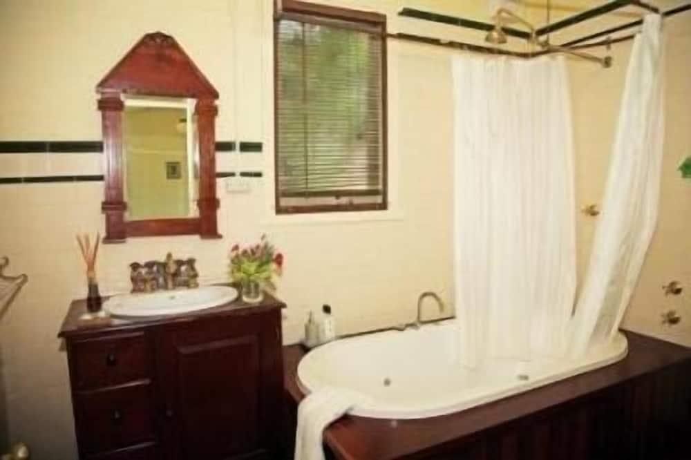 Fawkes Cottage - Bathroom