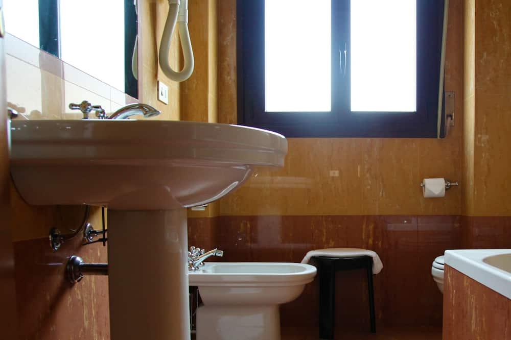 Pagerinto tipo vienvietis kambarys, iš miegamojo pasiekiamas vonios kambarys - Vonios kambarys