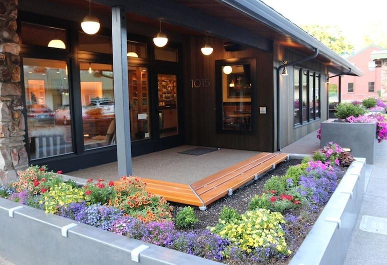 Timbers Inn, Eugene, Průčelí hotelu