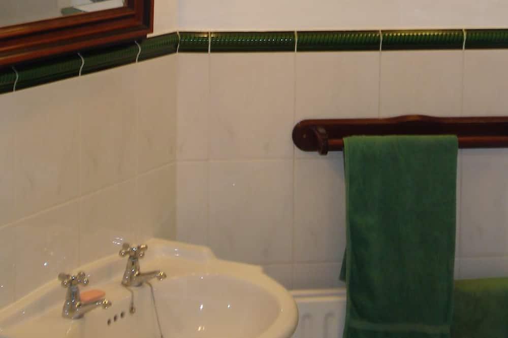 Chambre Triple, salle de bains commune - Lavabo de la salle de bain