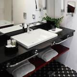 Studio Apartment Two Single Beds - Bathroom