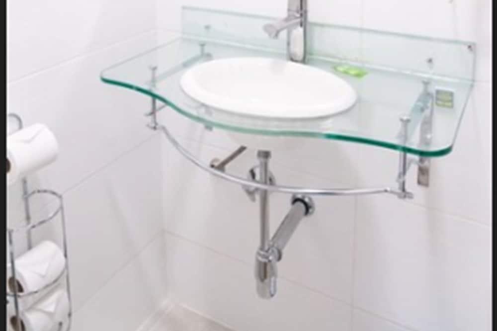 Casal com beliche - حوض الحمام