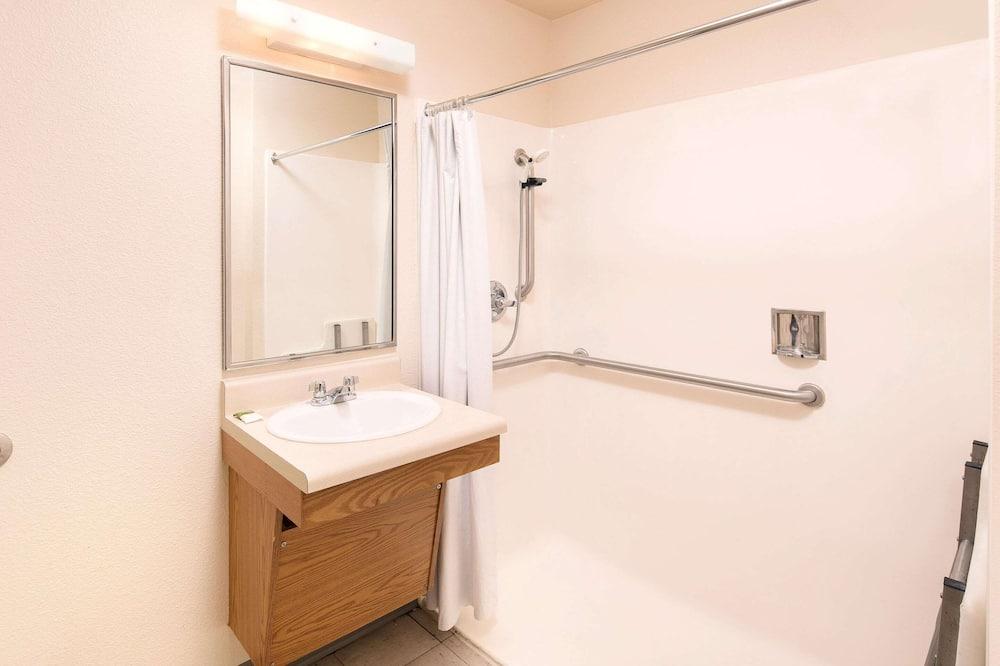 غرفة عادية - سريران مزدوجان - لغير المدخنين - حمّام