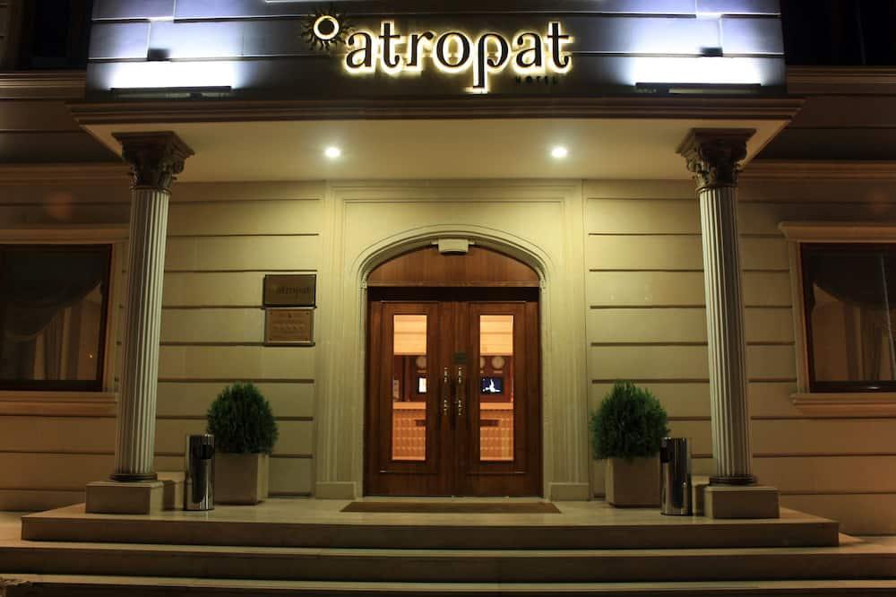 הכניסה למלון