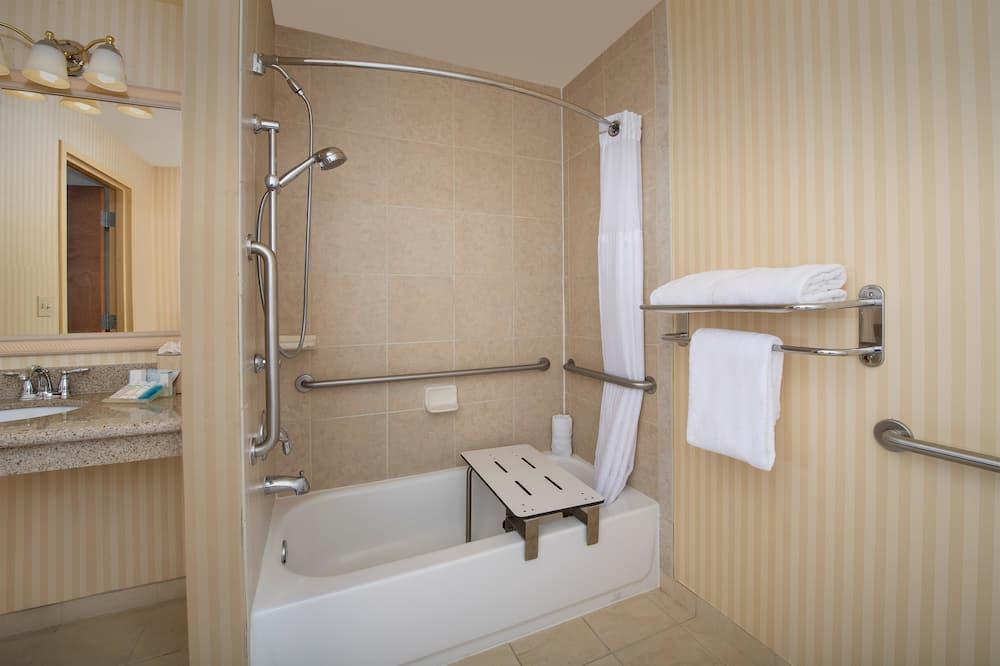 חדר, 2 מיטות קווין, נגישות לנכים (Mobility & Hearing, 3X3 Shower) - חדר רחצה