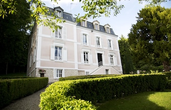Enter your dates to get the Provins hotel deal