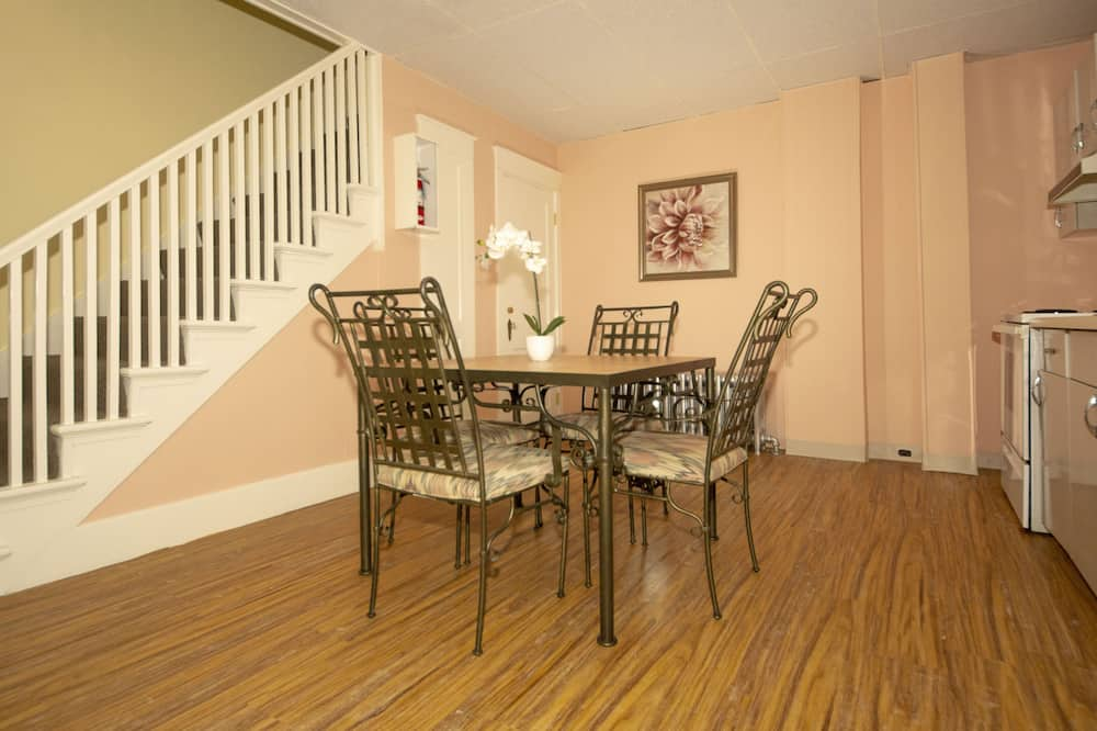 Apartment 4 - In-Room Dining